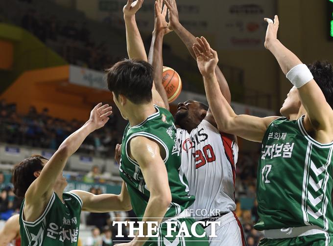 원주-울산 양팀 선수들이 한데 뒤엉켜 리바운드 다툼을 벌이고 있다.
