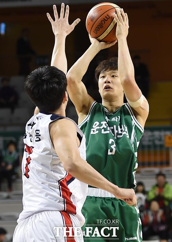 원주 허웅이 울산 송창용의 마크 앞에서 3점슛을 시도하고 있다.