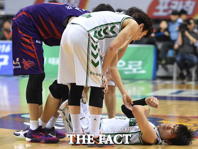 동부 김주성이 경기 중 부상을 당하며 코트에 쓰러져 고통을 호소하고 있다.