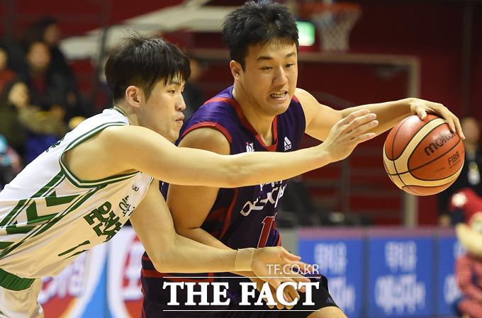 오리온 김동욱이 동부 박지훈의 밀착마크를 뚫고 돌파를 하고 있다.