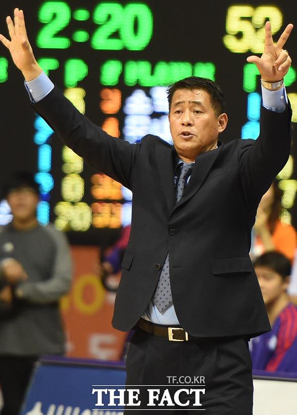 오리온 추일승 감독이 경기 중 작전을 지시하고 있다.