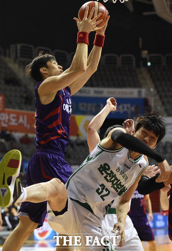오리온 장재석과 동부 김주성이 리바운드볼을 차지하기 위해 거친 몸싸움을 벌이고 있다.