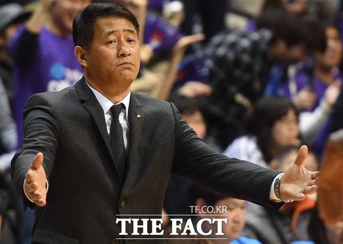 오리온 추일승 감독이 큰 점수차로 리드를 하자 여유있는 표정으로 경기를 지켜보고 있다.
