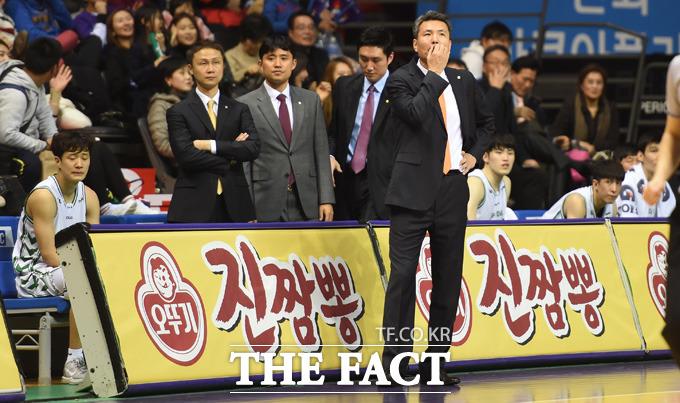 원주동부가 78-104로 고양오리온에 완패한 가운데 김영만 감독을 비롯한 벤치 분위기가 침울하다.