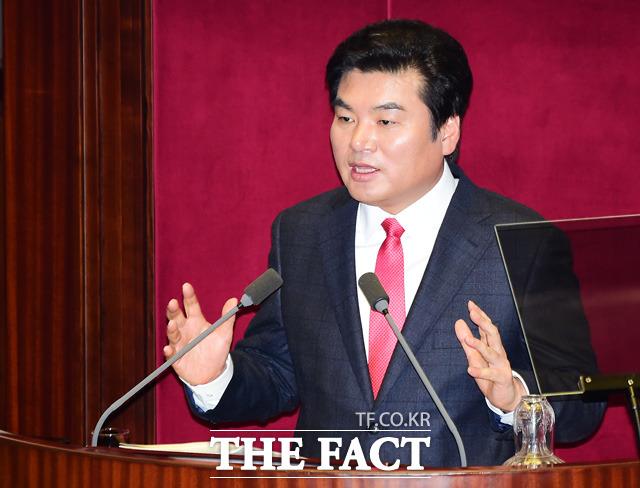 원유철 새누리당 원내대표는 26일 오후 국회에서 기자회견을 열고 정의화 국회의장위 테러방지법 수정 중재안에 대해 직권상정된 테러방지법 자체가 야당의 의견을 수용한 것이라며 거부 의사를 밝혔다. /배정한 기자