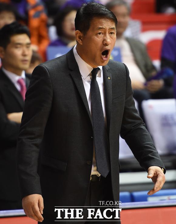 오리온 추일승 감독이 경기 중 선수들을 독려하고 있다.