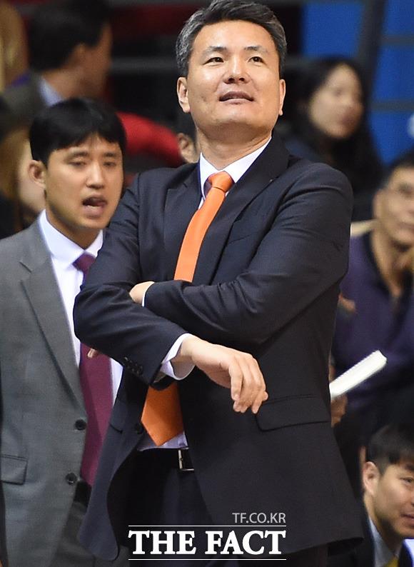 동부 김영만 감독이 1쿼터 오리온에게 큰 점수차로 리드를 당하자 아쉬운 표정을 보이고 있다.