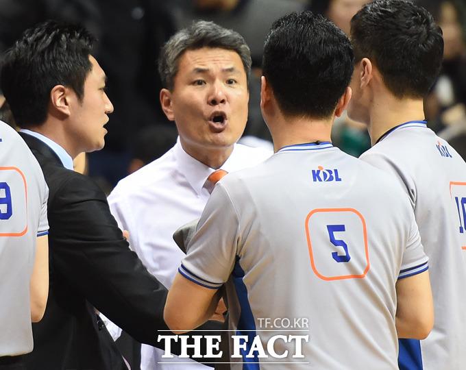동부 김영만 감독이 판정에 불만을 품고 심판들에게 거칠게 항의하고 있다.