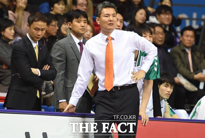 동부 김영만 감독이 경기 초반부터 큰 점수차로 리드를 당하자 걱정스런 표정으로 코트를 바라보고 있다.