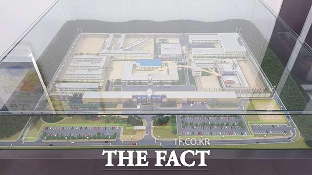 본관 복도에 설치돼 있는 화성교도소의 모형. 2009년에 신설된 화성교도소는 직업훈련 교정시설로는 전국에서 가장 큰 규모다. 전 수용동에는 난방시설이 완비돼 있는 최신 교정시설이다.