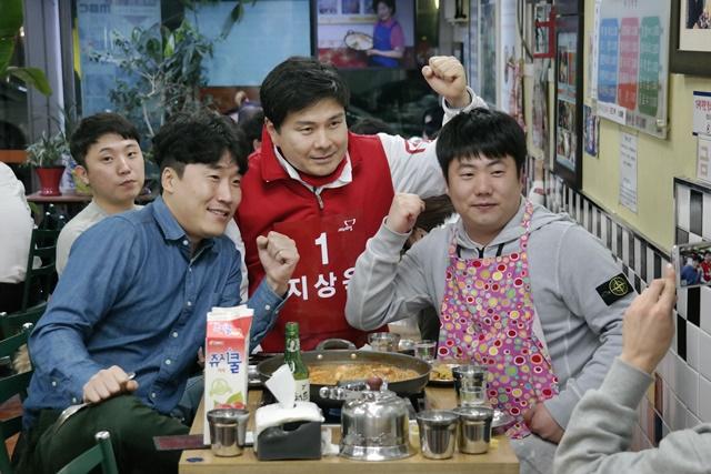 신당동 떡볶이 타운에서 청년들과 식사하는 지상욱 후보./지상욱 선거사무소 제공