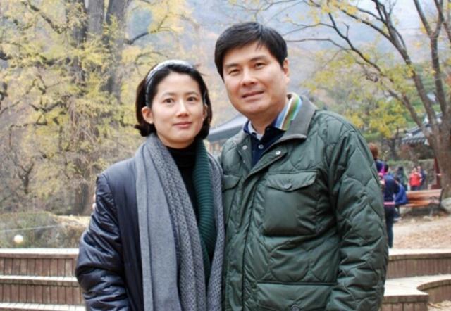 여론조사 참여를 독려하며 함께 찍은 사진을 블로그에 올린 지상욱·심은하 부부./지상욱 블로그