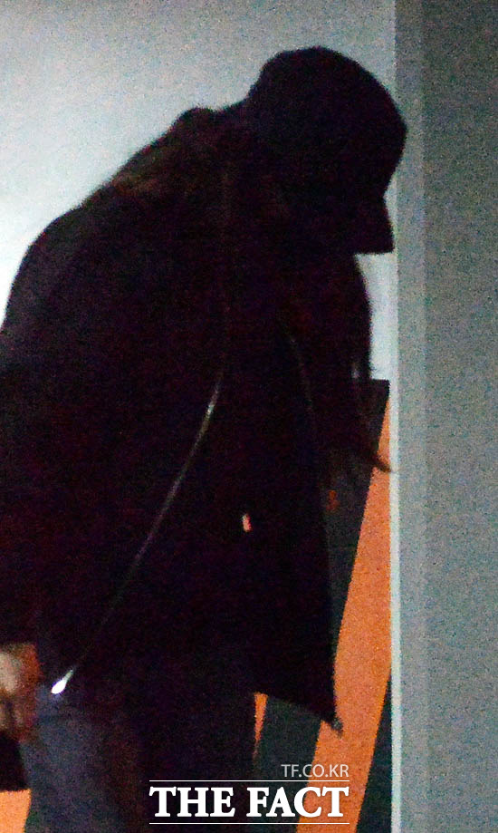 성매수자와 돈을 주고받은 구체적 정황 확인 여가수 C양은 외부 시선을 의식한 듯 검은 마스크와 모자를 눌러쓰고 고개를 숙인채 검찰 청사를 찾았다. /서울지검=문병희·이덕인 기자