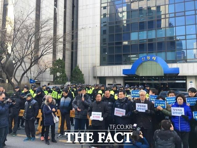 지난 11일 더불어민주당 당사 앞에서 시위하는 정청래 의원 지지자들./명재곤 기자