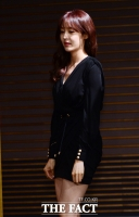 [TF사진관] '제가 도와드리겠습니다!'…초미니 입고 난감해 하는 성유리의 흑기사는?