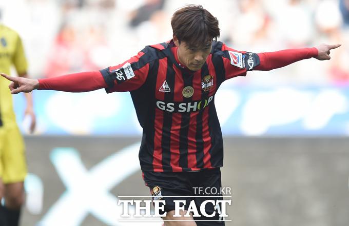 서울 박주영이 전반 페널티킥을 성공시킨 뒤 세리머니를 하고 있다.
