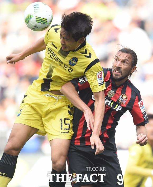 서울 데얀과 인천 김대중이 공중볼 다툼을 벌이고 있다.