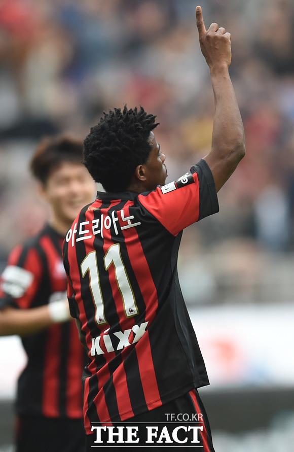 서울 아드리아노가 2-0으로 앞선 후반 종료 직전 쐐기골을 터뜨리고 세리머니를 하고 있다.