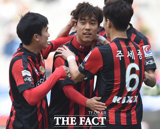 서울 박주영이 전반 페널티킥을 성공시킨 뒤 동료들과 기쁨을 나누고 있다.