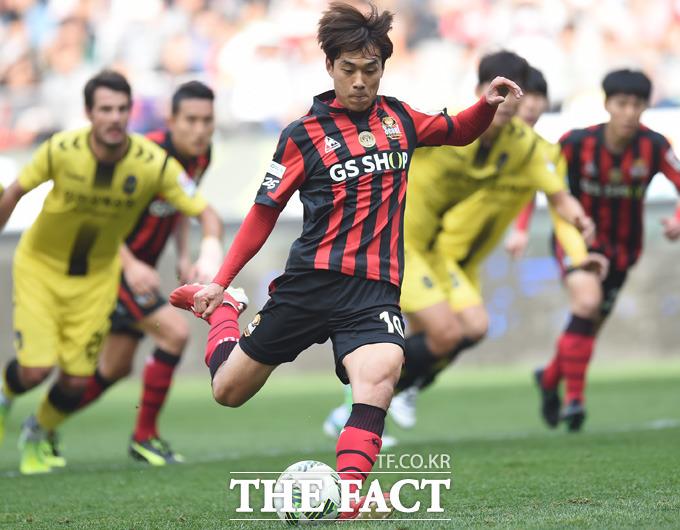 서울 박주영이 전반 페널티킥을 성공시키고 있다.