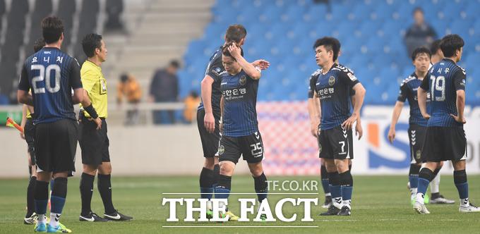 올시즌 전패를 기록한 인천선수들이 아쉬운표정으로 그라운드에 서 있다.