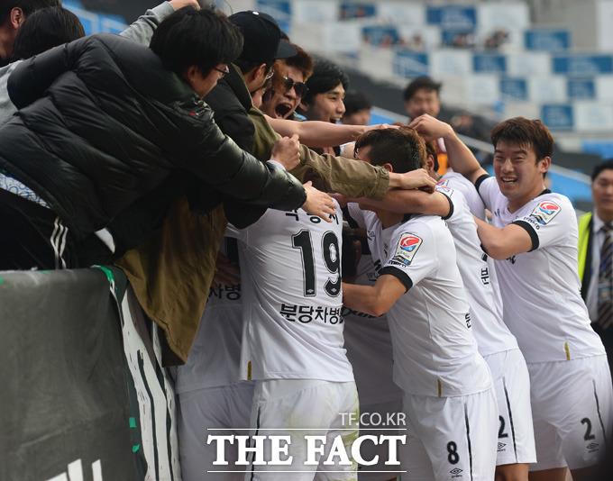 성남  선수들이 후반 2-2 동점상황에서  티아고가 다시 앞서가는 골을 넣고 서포터즈들과 기쁨을 나누고 있다.