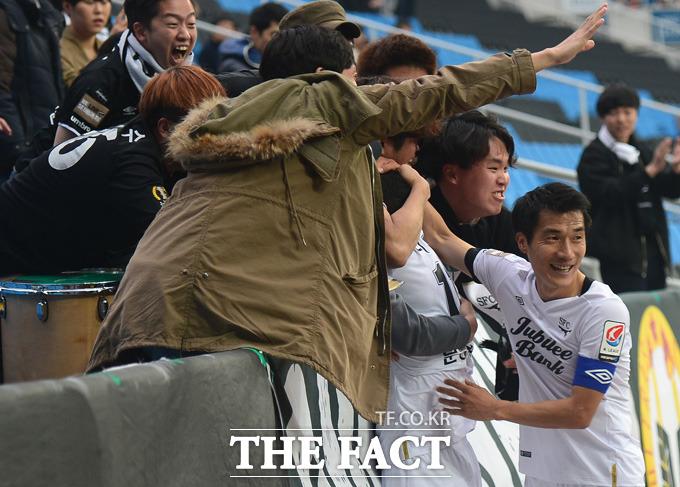 후반 2-2 동점상황에서 성남 티아고가 다시 앞서가는 골을 넣고 서포터즈들과 기쁨을 나누고 있다.