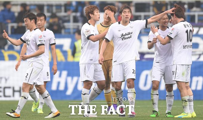 3-2로 승리를 거둔 성남선수들이 경기종료 후 하이파이브를 나누며 기뻐하고 있다.