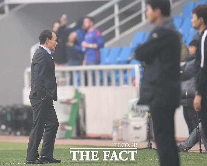 승리를 거둔 성남 김학범 감독이 조용히 경기장을 빠져나고 있다.
