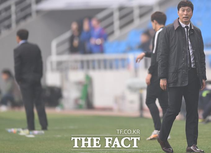 3-2로 패색이 짙어진 인천 김도훈 감독이 안타까운 표정을 보이고 있다.