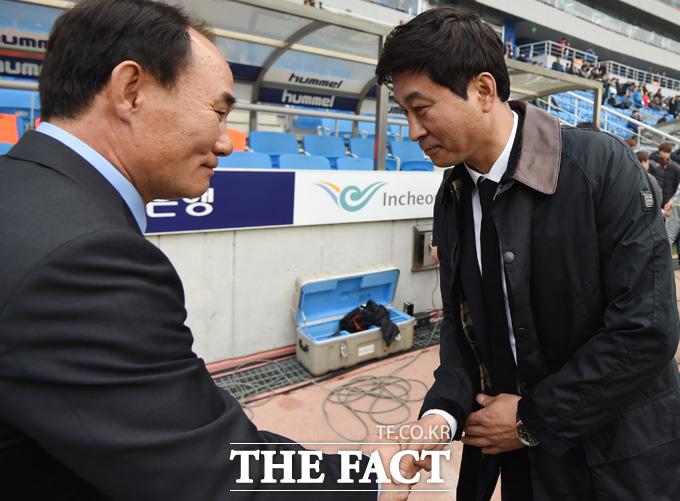 성남 김학범 감독과 인천 김도훈 감독이 경기 전 악수를 나누며 인사하고 있다.