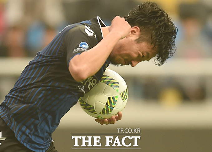 0-2로 리드를 당하던 인천의 송제헌이 전반 페널티킥을 성공시킨 뒤 주먹을 불끈 쥐고 있다.