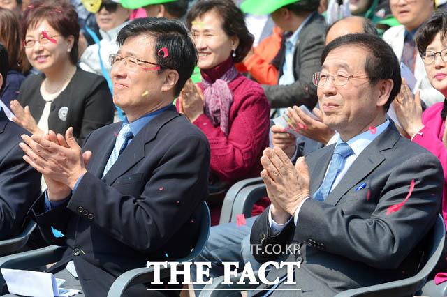 지역구인 신경민 더불어민주당 의원과 나란히 자리한 박원순 서울시장