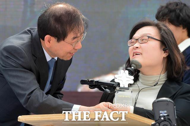 서울특별시복지상 시상자로 참석한 박원순 서울시장, 우수상을 수상한 이현정 씨