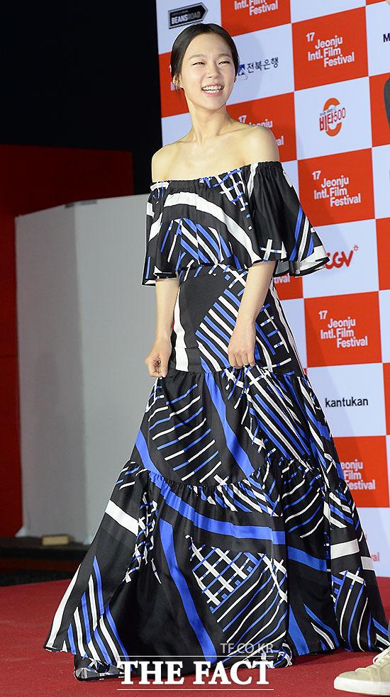 시선 사로잡는 다채로운 블루톤 드레스
