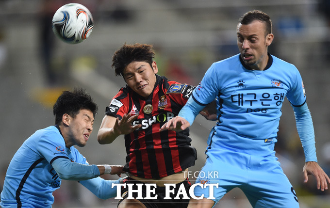 서울 김남춘이 대구 문전에서 헤딩슛을 시도하고 있다.