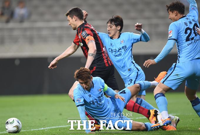 서울 오스마르가 대구 문전에서 슛을 시도했으나 수비수들이 몸을 날려 막고 있다.
