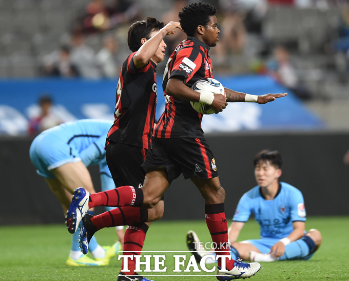 서울 아드리아노가 후반에 교체선수로 출전해 순식간에 멀티골을 기록한 뒤 세리머니를 생략하고 볼을  하프라인으로 가져가고 있다.