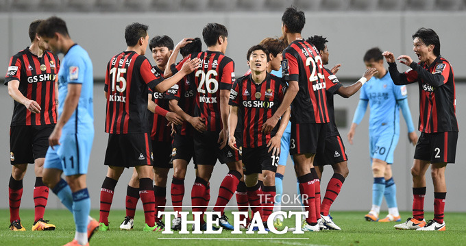 서울 아드리아노가 2-2 동점상황에서 연장 전반 역전골을 터뜨리며 해트트릭을 기록하자 동료선수들이 기뻐하고 있다.