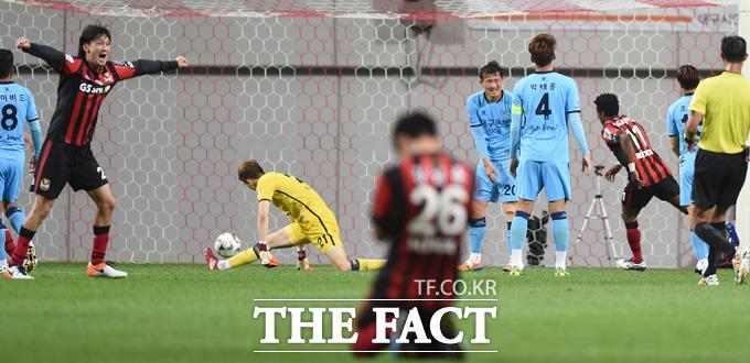 서울 아드리아노가 2-2 동점상황에서 연장 전반 역전골을 터뜨리며 해트트릭을 기록하고 있다.