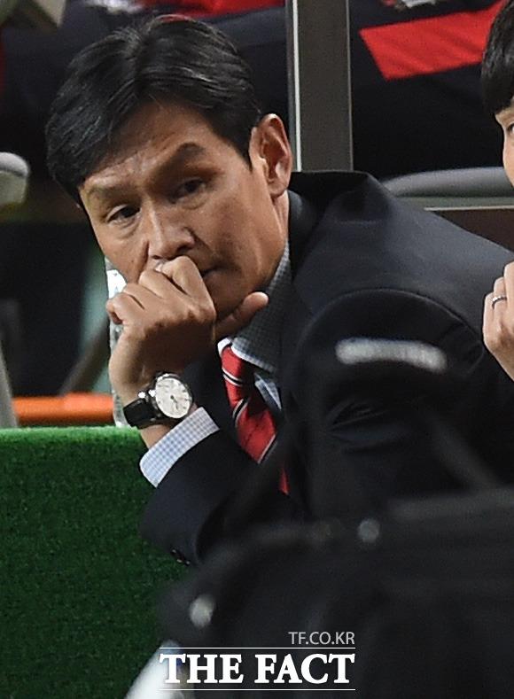 서울 최용수 감독이 대구에 0-2로 리드를 당하자 당혹스런 표정을 보이고 있다.