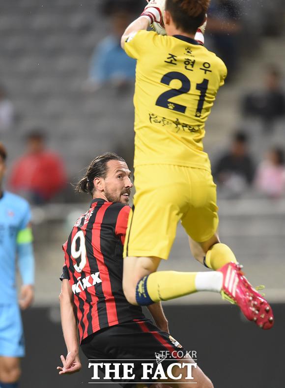 대구 골키퍼 조현우가 서울 데얀의 헤딩슛에 앞서 볼을 잡아내고 있다.