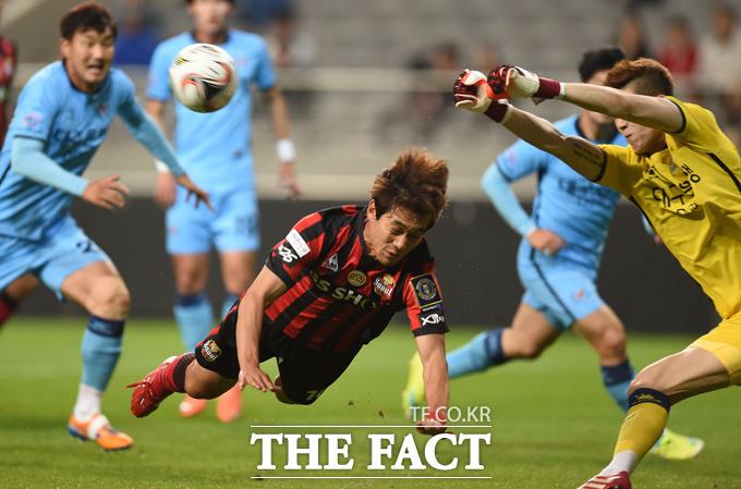 서울 박주영이 대구 문전에서 헤딩슛을 날렸으나 골키퍼 조현우가 막아내고 있다.