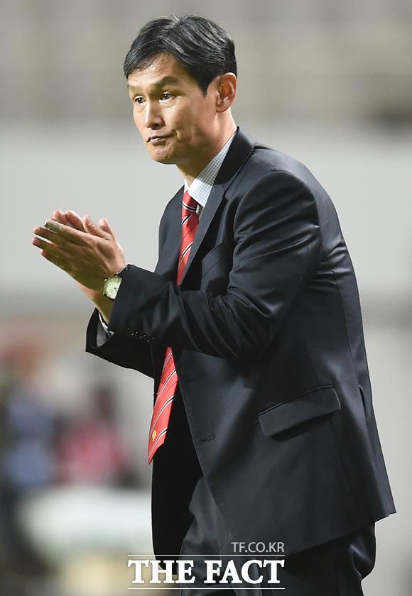 대구 4-2로 누르고 16강에 진출한 서울 최용수 감독이 경기 종료 후 박수를 치고 있다.
