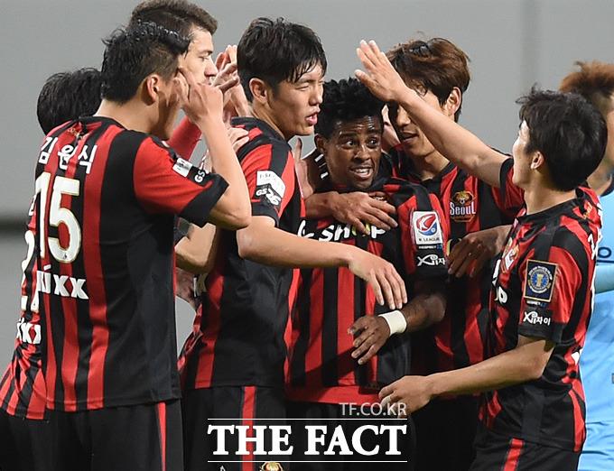 서울 아드리아노가 2-2 동점상황에서 연장 전반 역전골을 터뜨리며 해트트릭을 기록하자 동료선수들과 기뻐하고 있다.