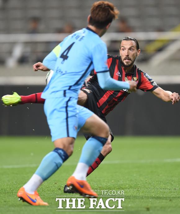 서울 데얀이 대구 문전에서 회심의 발리슛을 날리고 있다.