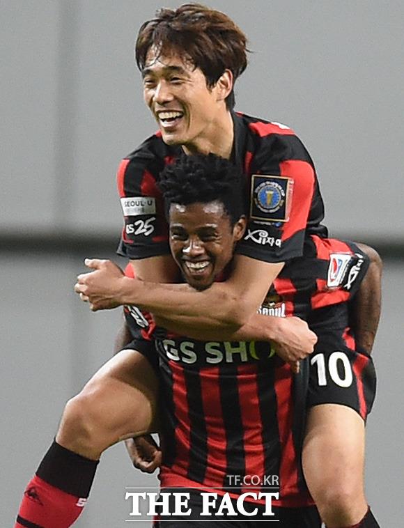 서울 아드리아노가 2-2 동점상황에서 연장 전반 역전골을 터뜨리며 해트트릭을 기록하자 박주영과 기뻐하고 있다.