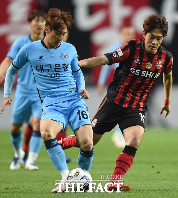 서울 박주영과 대구 김동진이 볼다툼을 벌이고 있다.