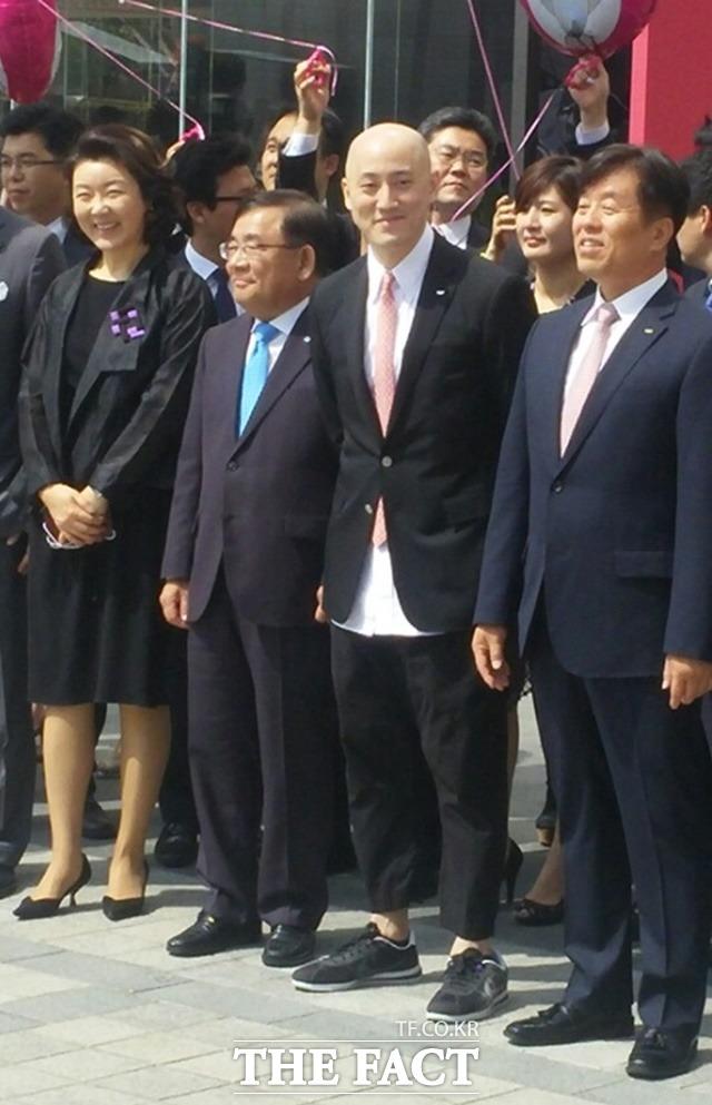 박서원 두산 유통 부문 전무(가운데)가 20일 서울 동대문 두산타워 앞 광장에서 열린 두타면세점 개점 행사에 참석해 파격적인 패션감각을 뽐내고 있다. /박대웅 기자