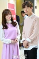 [TF사진관] '결혼식 대신 기부' 구혜선-안재현 부부, '결혼 반지는 아직!'